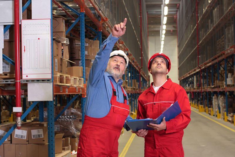 Estanterías metálicas: Riesgos para el personal del almacén durante su uso