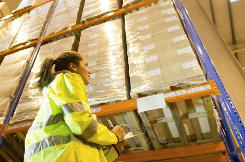 La revisión de estanterías evita accidentes en el almacén